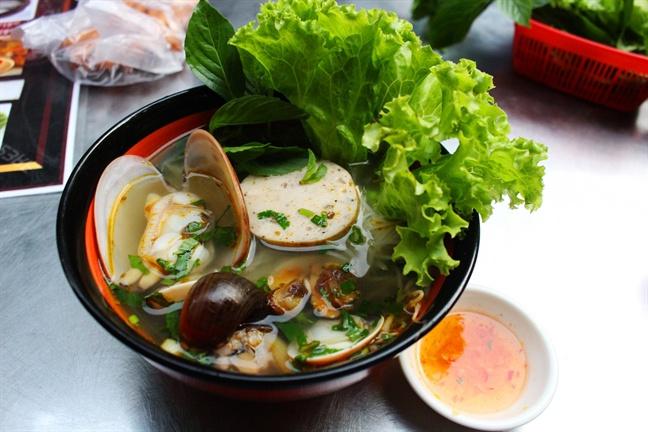 Bánh mì hến, hủ tiếu ốc - món ăn lạ khiến nhiều người mê ở Sài Gòn