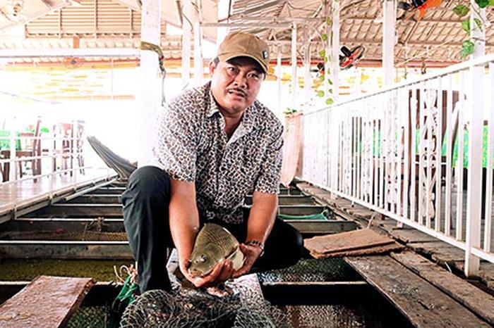 """Người đầu tiên """"hóa giòn"""" cá chép trên sông Đồng Nai"""