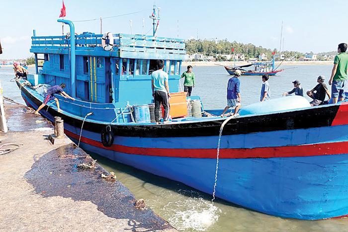 Khó khăn bủa vây ngư dân