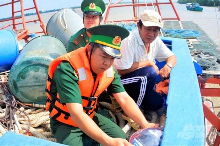 Lực lượng tuần tra các thiết bị giám sát hành trình tàu cá.
