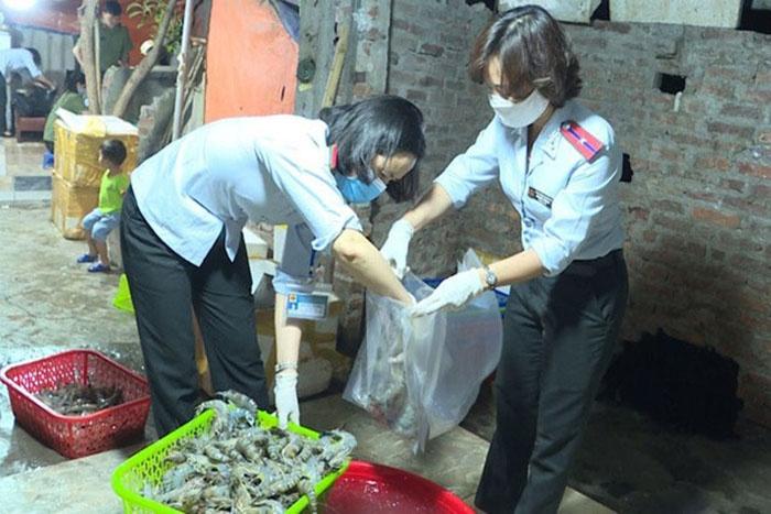 Lực lượng chức năng TP.Hà Nội lấy mẫu tôm bị bơm tạp chất tại phường Yên Sở (quận Hoàng Mai) để kiểm nghiệm xác định loại tạp chất. Ảnh: Anh Tuấn