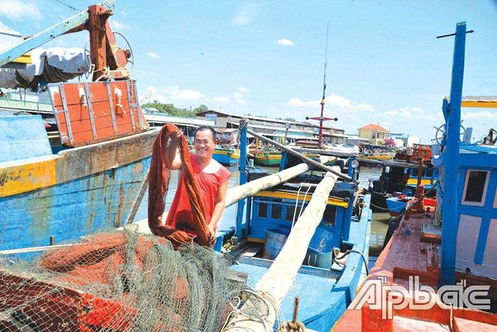 Dù gặp không ít khó khăn, thách thức, nhưng ngư dân vẫn gắn bó với nghề mưu sinh trên biển.