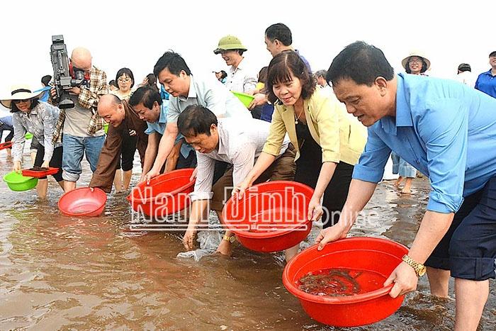Lãnh đạo Sở NN và PTNT, Giáo hội Phật giáo tỉnh thả con giống thủy sản, góp phần tái tạo nguồn lợi thủy sản khu vực Vườn quốc gia Xuân Thủy.