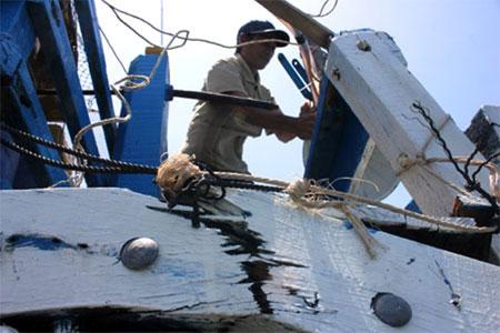 Mạn tàu bị vỡ toác sau khi bị tàu Trung Quốc đâm