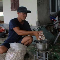 Cho tôm ăn tỏi, nông dân Nghệ An thu lãi nửa tỷ đồng mỗi vụ
