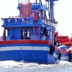Ngư dân không nao núng trước lệnh cấm biển vô lý