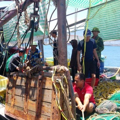 Đuổi bắt tàu giã cào như phim trên vùng biển phía Nam Hà Tĩnh
