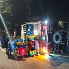 Xe tải chở tôm lật trên đường, người dân thu gom tôm giúp đỡ