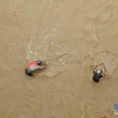 """""""Săn cá"""" ngày mưa lũ, hiểm nguy rình rập"""