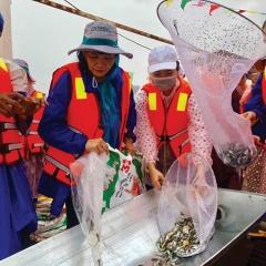 Thả cá bản địa về thiên nhiên để tái tạo, bảo tồn nguồn lợi thủy sản