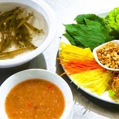 Món tôm bò nhảy tanh tách trong miệng, thách thức thực khách ở Quảng Ninh