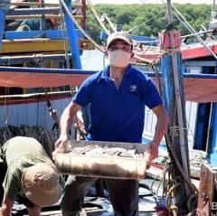Hải sản giảm giá ngay tại cảng vì dịch Covid-19