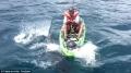 Người đàn ông may mắn sống sót khi rơi vào đầu cá mập hung dữ